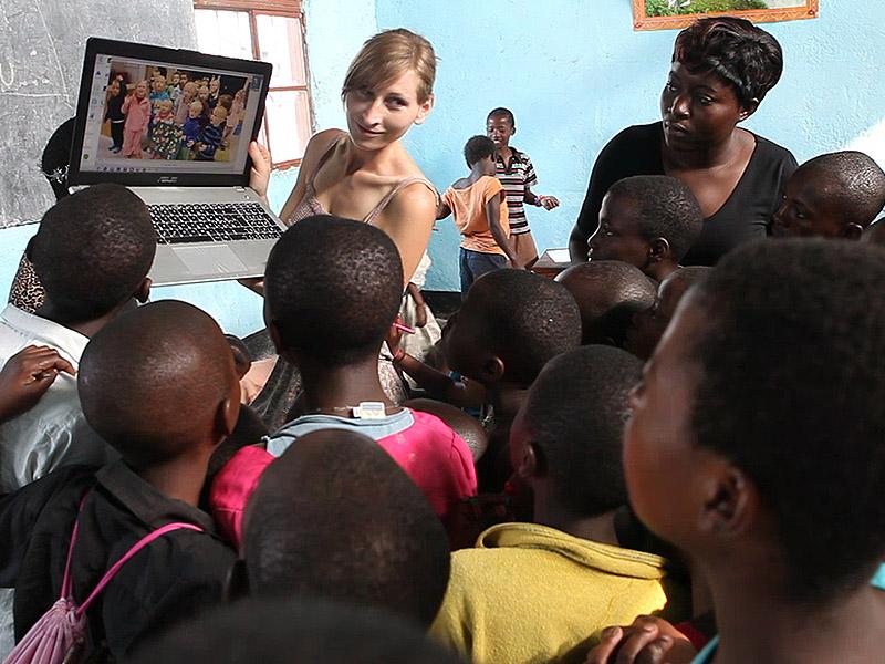 De kongolesiske jentene som hjelpes i Øst-Kongo får se videohilsen fra barnehagebarna i Åmotsmarka Barnehage.