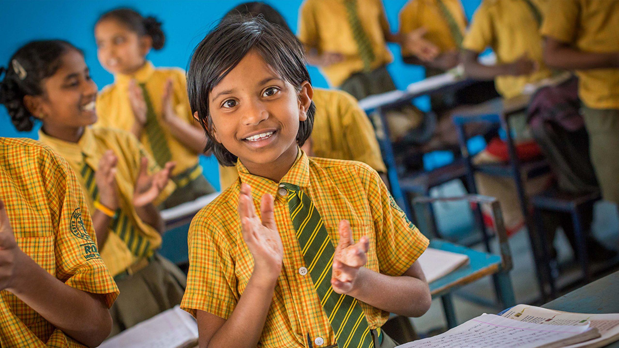 Hjemløs jente som får hjelp i India