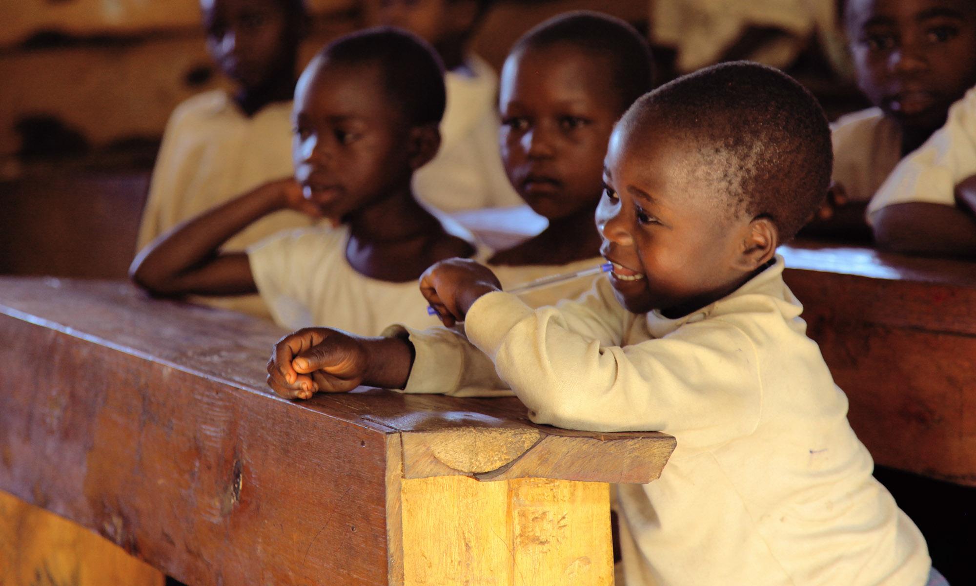 Pygmebarn på skolebenken ved Dina-stiftelsens skole i Masisi-fjellene i Øst-Kongo.