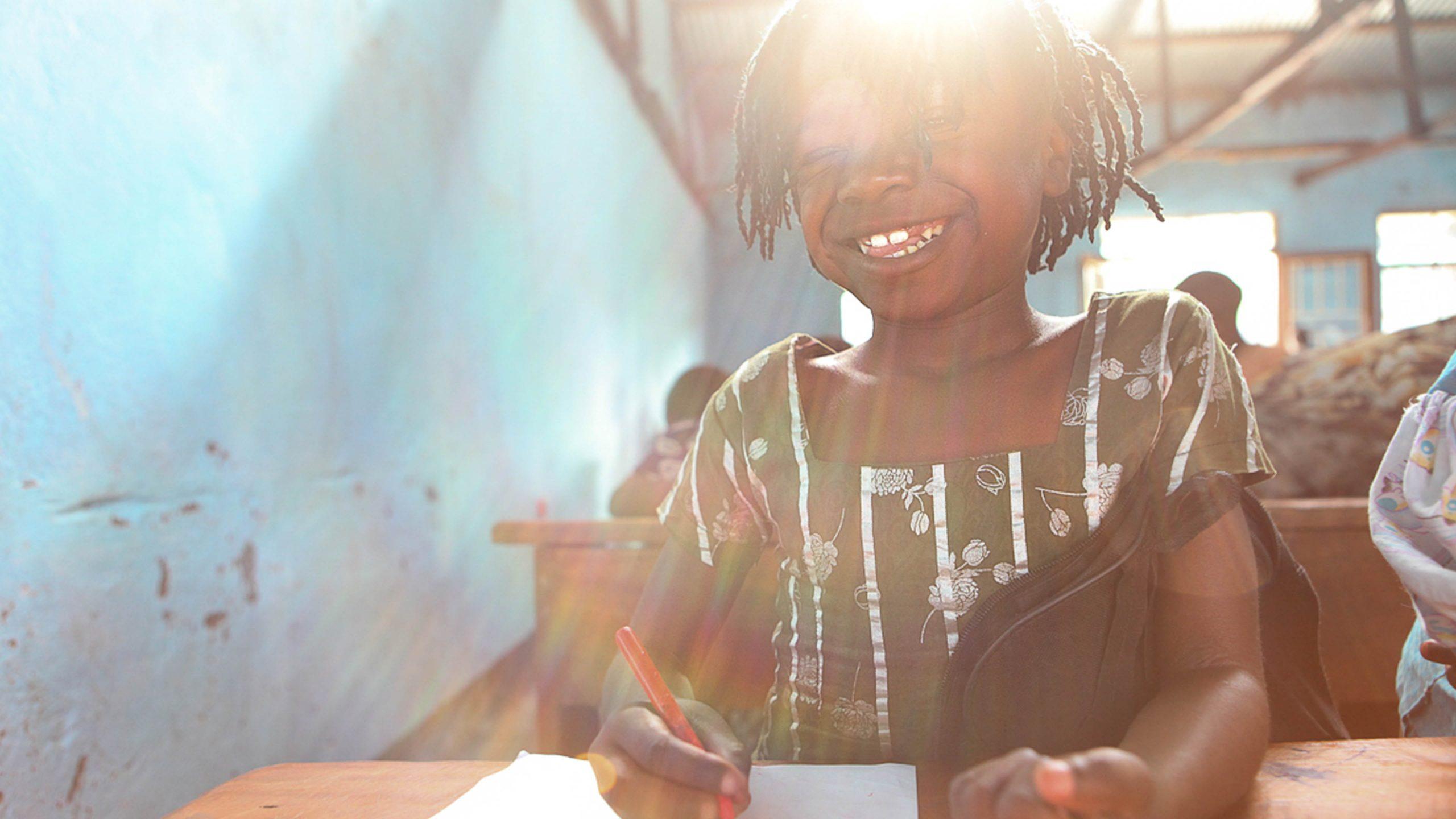 Kongolesisk jente får utdanning ved Dina-stiftelsens senter for voldtatte jentebarn.