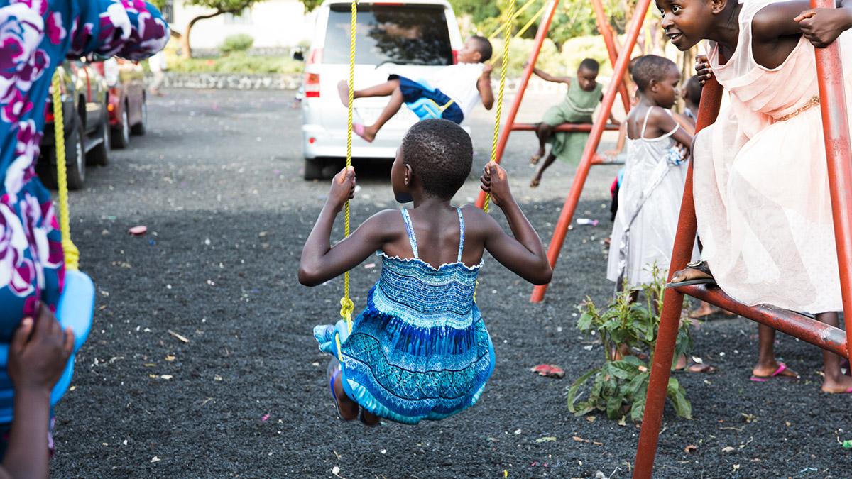 Kongolesisk jente som får hjelp av Dina-stiftelsen leker ved stiftelsens senter i Goma, Øst-Kongo.