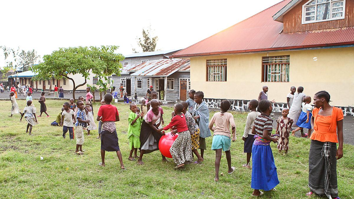 Jentebarn som får hjelp leker ved Dina-stiftelsens senter i Goma, Øst-Kongo.
