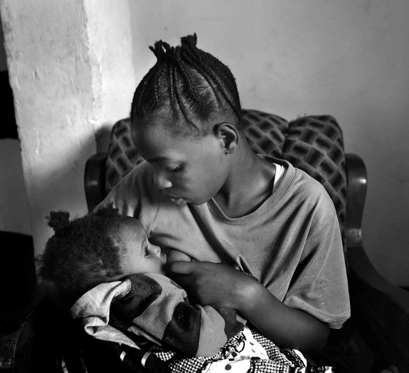Dette jentebarnet ble gravid som tenåring som følge av voldtekten. Den unge moren og barnet hennes har fått hjelp av Dina-stiftelsen.