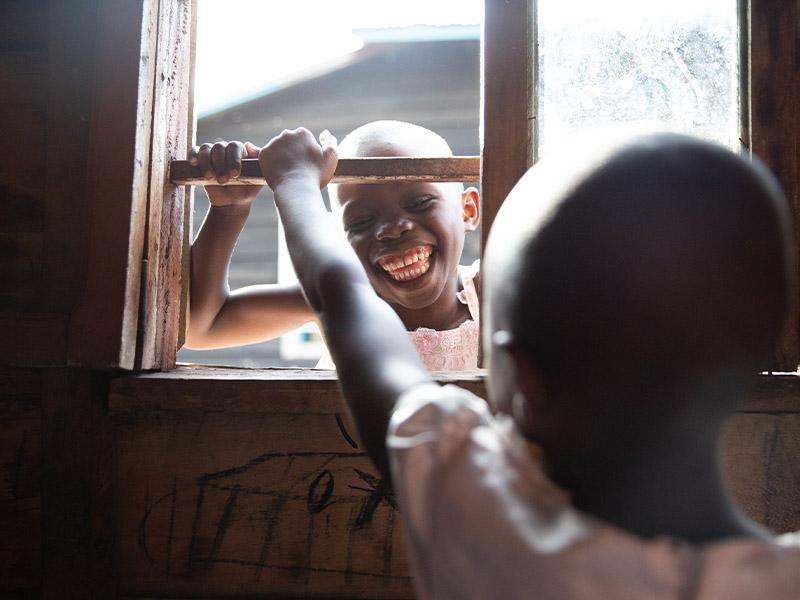 Lekne jenter som har fått hjelp ved Dina-stiftelsens senter for voldtatte jentebarn i Øst-Kongo.