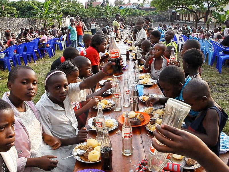 Fest for jentene ved Dina-stiftelsens senter for voldtatte jentebarn i Goma, Øst-Kongo.