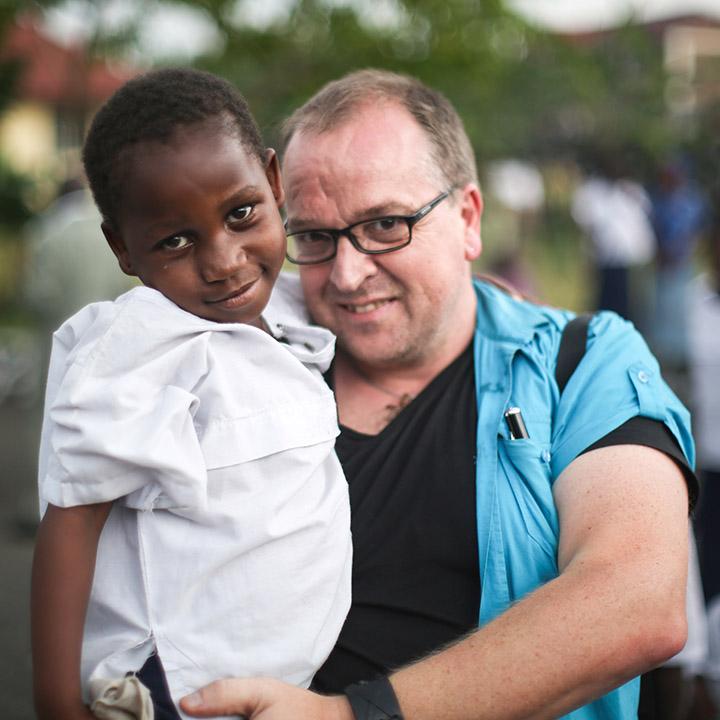 Rune Edvardsen sammen med kongolesiske jentebarn som har fått hjelp av Dina-stiftelsen.