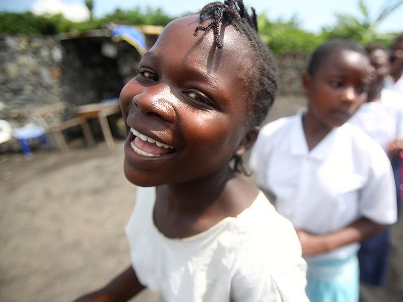 Smilende jentebarn som har fått hjelp ved Dina-stiftelsen senter for voldtatte jentebarn i Øst-Kongo.