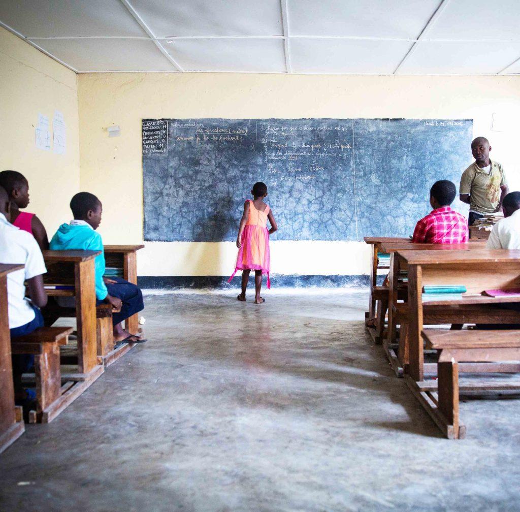 Jentebarn på skolebenken ved Dina-stiftelsens senter i Den demokratiske republikken Kongo.