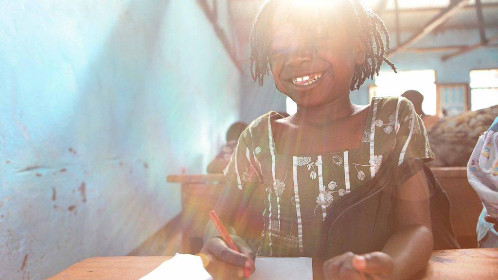Gjennom en trygg og god skolegang får dette jentebarnet kunnskapene hun trenger til å forme sin egen framtid. - Presserom / Ressurssenter