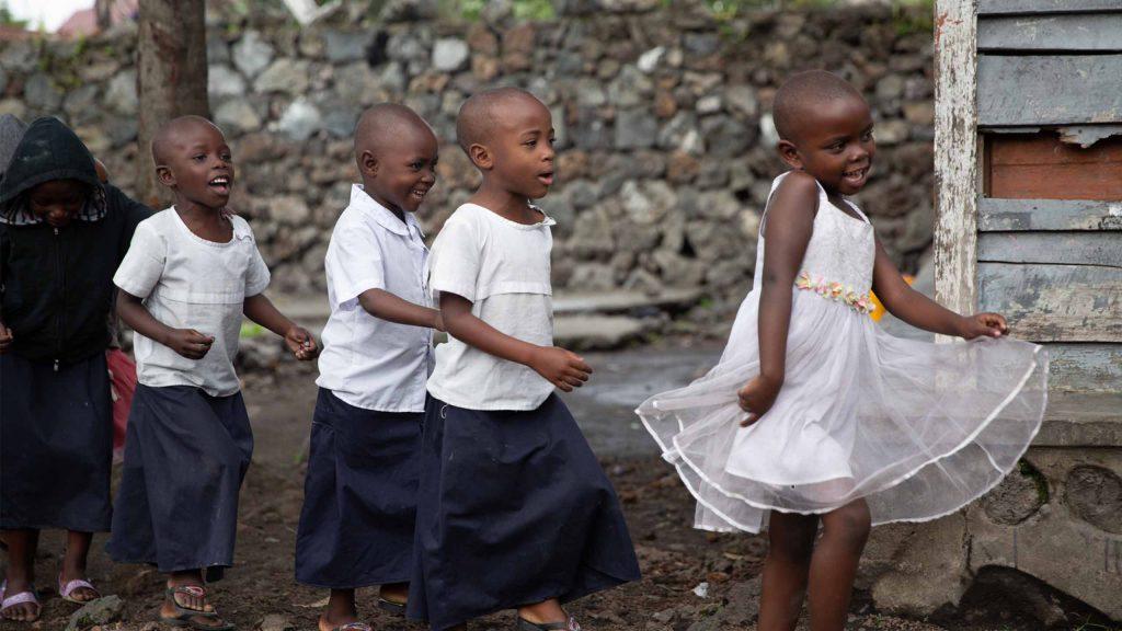 Jentebarn som leker ved Dina-stiftelsens senter i Goma, i Nord-Kivu-provinsen.