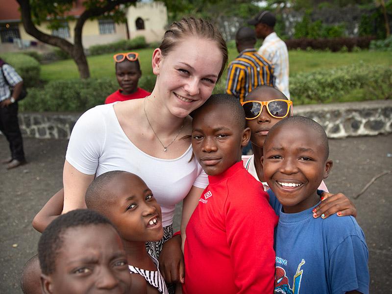 Stine Stensøy støttet stiftelsen gjennom en russeaksjon ved skolen og besøkte jentebarna som får hjelp i Øst-Kongo.