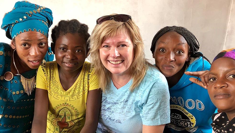 Anne May sammen med Dina-jentene i 2019.